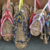 Haiku della domenica...  Sotto i miei sandali di paglia il profumo dell'erba dei prati  Nobe no kusa zōri no ura ni kaguwashiki  Masaoka Shiki (1867-1902)  Kotohira, Kagawa, Japan 📷 monoarte photo credit   #haiku #poetry #japanesepoem #masaokashiki #korohira #zōri #草履 #草鞋 #japanesesandals #authenticjapan #japan #zen #monoarte